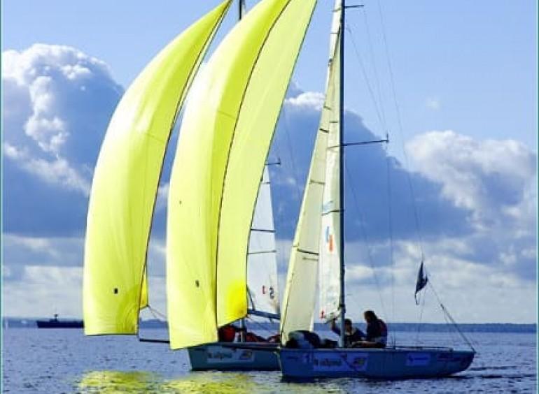 Парусные гонки на современных спортивных яхтах