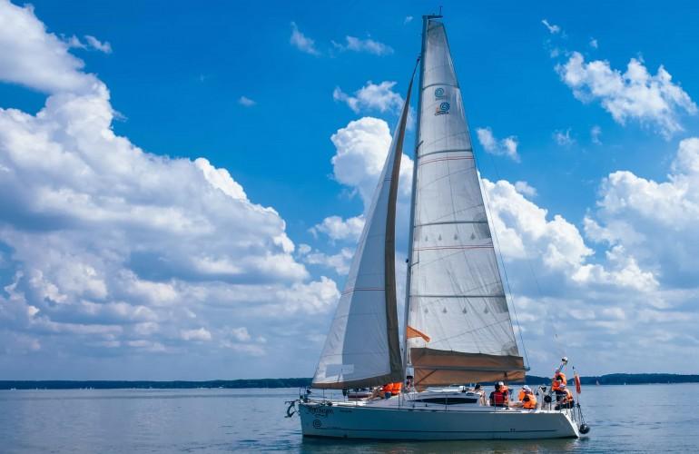 Вы можете арендовать яхту для прогулки по Минскому морю